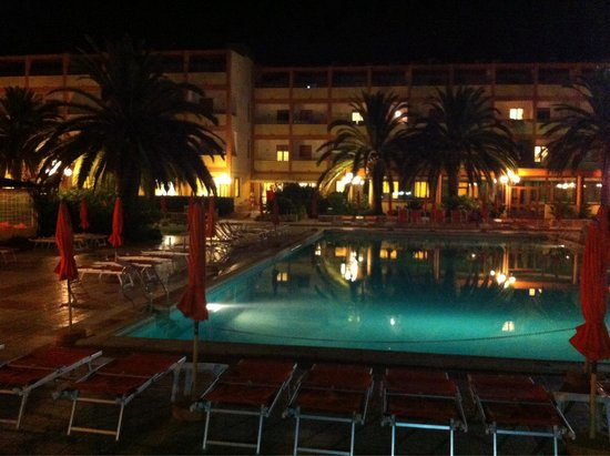 Hotel Oasis: By  night