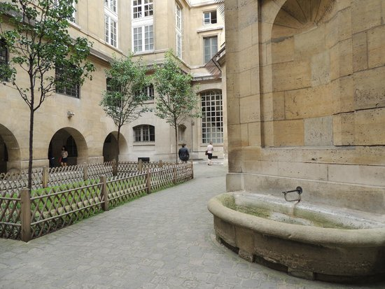 Conciergerie: Outside Courtyard
