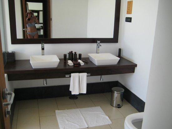 Vilamendhoo Island Resort & Spa: Water villa sinks