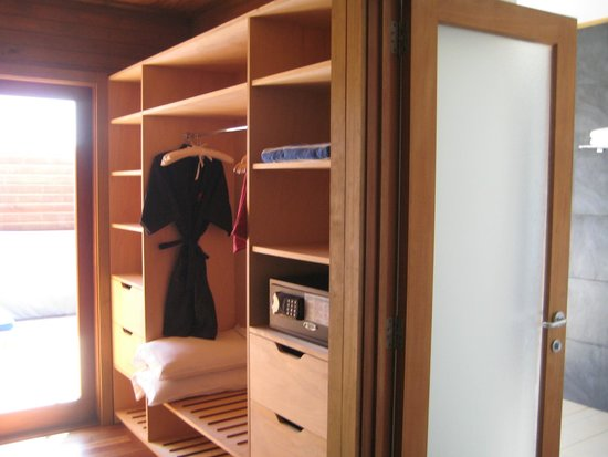 Vilamendhoo Island Resort & Spa: Water villa wardrobe