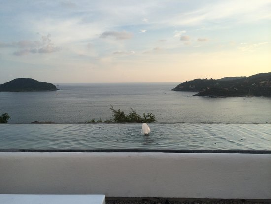 Tentaciones Hotel & Lounge Pool Restaurant : Overlooking the bay from the lounging area!