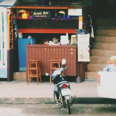 Small Bar Ao Nang: Small bar from opp the road.