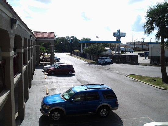 Rodeway Inn Corpus Christi: Parking lot one side