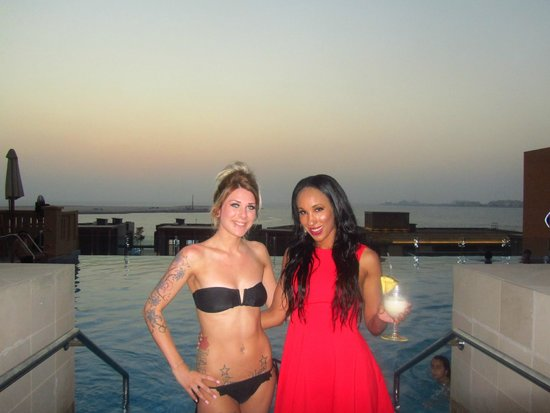 Sofitel Dubai Jumeirah Beach: Me & Rox by infinite pool