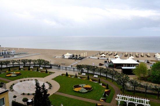 Sofitel Grand Sopot: Widok w pokoju na kwietniki, plażę i morze.