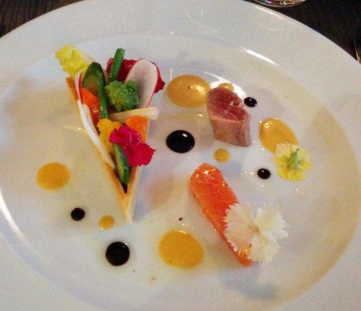 Aromatic : légumes croquants, thon mi-cuit, saumon en gravlax et vinaigrette au yuzu