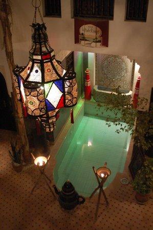 Riad La Porte Rouge: Courtyard a night