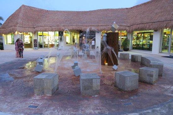 BlueBay Grand Esmeralda: Boutique de l'hôtel. Conseil allez magasiner à Playa del Carmen sur la 5e avenue, deux fois mois