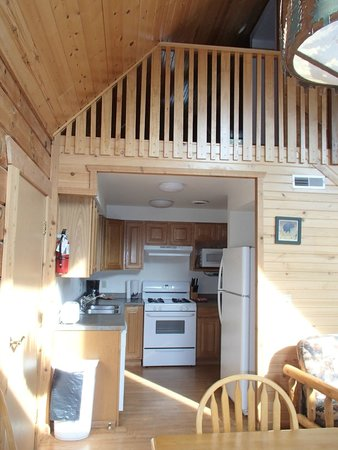 Three Bears Resort: kitchen with view of loft above