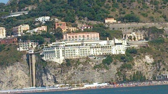 Lloyd's Baia Hotel : vista dell'hotel dalla barca