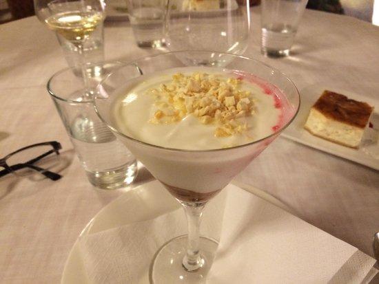 Casa Setien: Copa de frutos rojos, mousse de yogurt y mango crujiente