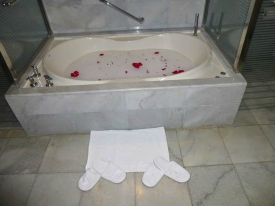 Iberostar Grand Hotel Rose Hall: Jacuzzi Tub for two
