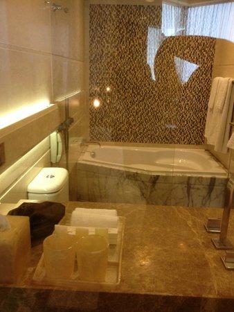 Harbour Grand Hong Kong: Bathroom area