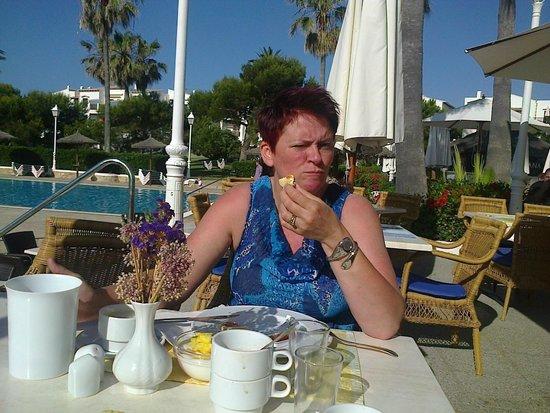 Apartamentos Parque Mar: ontbijten aan het zwembad