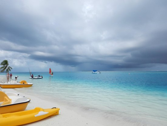 Conrad Maldives Rangali Island: Weather changes quickly, heavy raining with strong wind