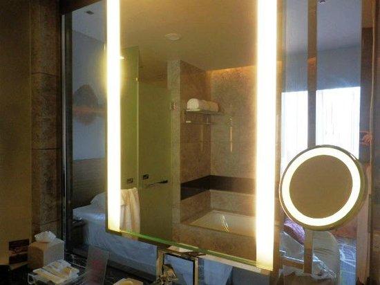 Crowne Plaza Hong Kong Kowloon East: バスルームと寝室はクリアなガラスで仕切られてるタイプ