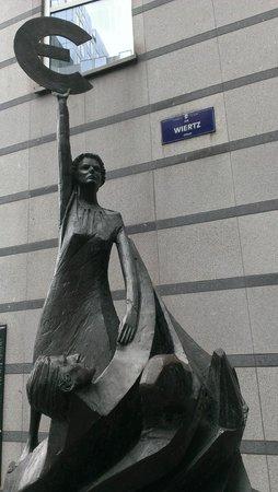 Parlamentarium: Centro de visitas del Parlamento Europeo: Estátua representativa da U. E.