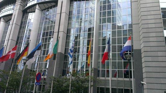 Parlamentarium : Bandeiras dos países que formam a União Européia.