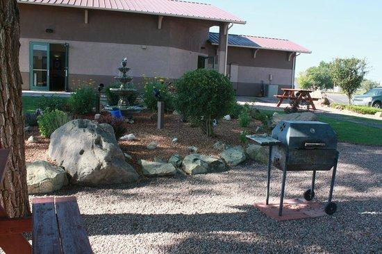Best Western Alamosa Inn: Outdoor breakfast/picnic area