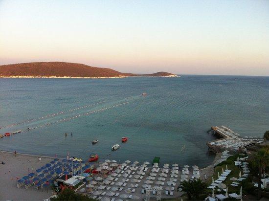 Loveyou Too Hotel Alacati: Beyazlar otele ait..mavi ve mavinin sol tarafı halk plajı..