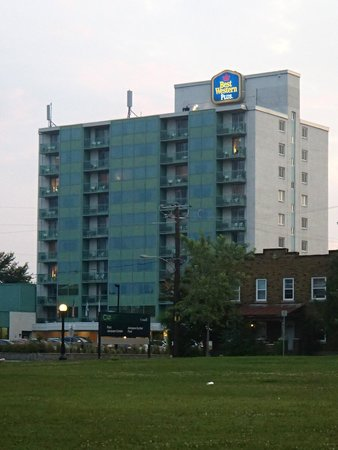 Best Western Plus Gatineau-Ottawa: veiw of hotel from Jacques Cartier Park