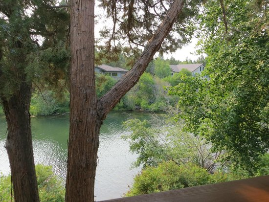 Shilo Inn Suites Hotel - Bend : Relaxing deck with river view.