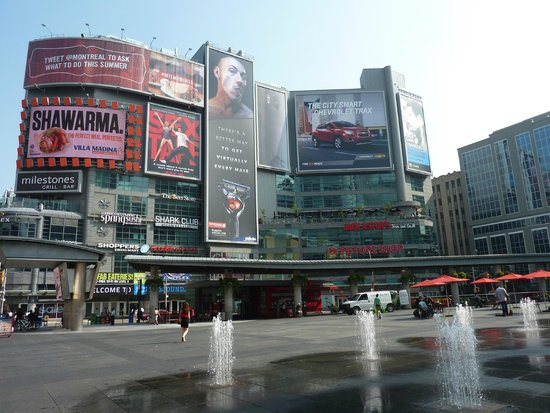 Bond Place Hotel : Dundas Square