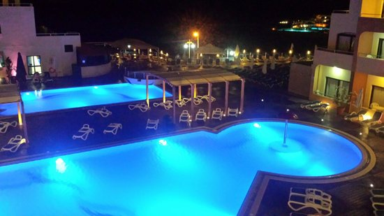 The Riviera Resort & Spa: Poolanlage am Abend