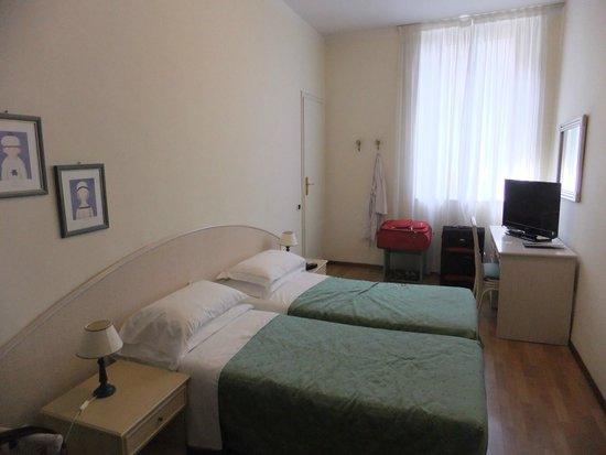 Hotel Duomo: Bright bedroom