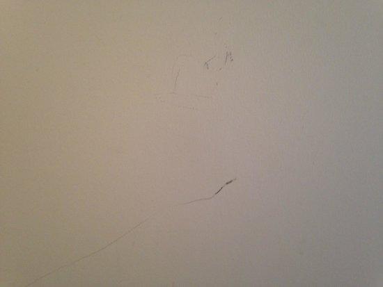 Parador de Baiona: bedroom wall marks