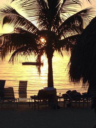 Key Largo Bay Marriott Beach Resort: Beach front at sunset