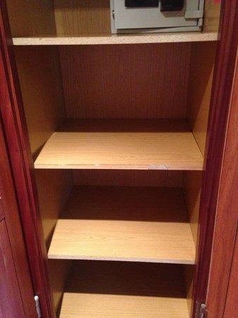 Parador de Baiona: wardrobe shelves