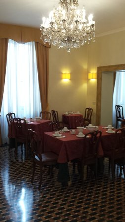 Hotel Fontanella Borghese: Comfortable, bright breakfast room