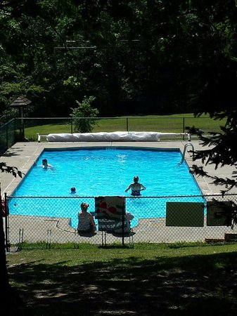 Mountain Vista Campground: Clean and refreshing pool, perfect for those hot summer days.