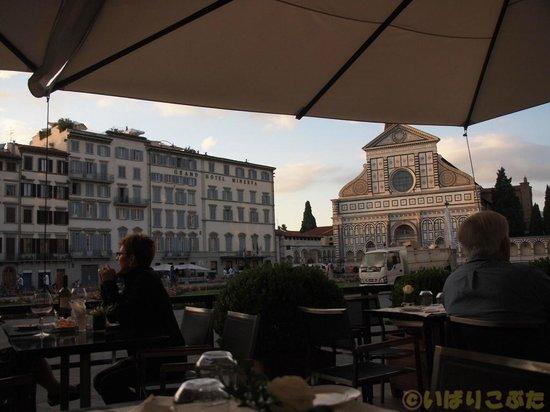 JK Place Firenze : 玄関前のテラス