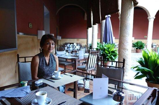AC Palacio De Santa Paula, Autograph Collection: breakfast at courtyard