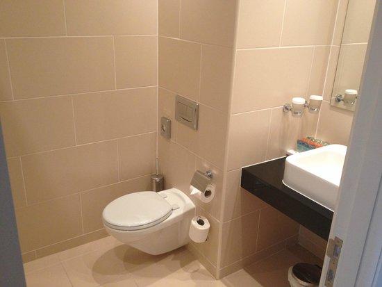 Sneem Hotel: tiny bathroom