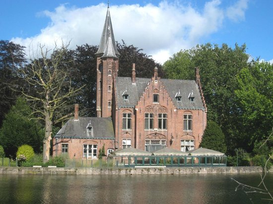 Minnewater Lake: Attractive shore-side building