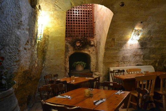 Castille Hotel: pretty restaurant in the cellar