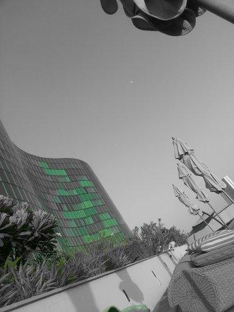 Hilton Capital Grand Abu Dhabi: Poolseite