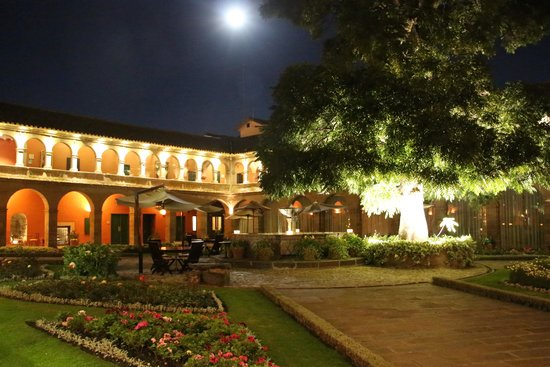 Belmond Hotel Monasterio: Central courtyard at night
