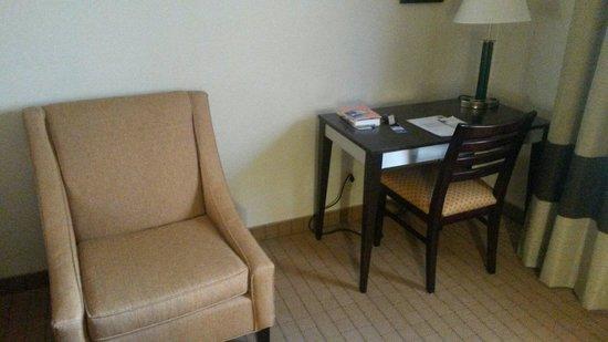 Comfort Inn: Area lettura e tavolino