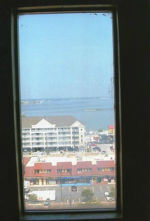 Grand Hotel & Spa: Bay view thru the window at the elevators.