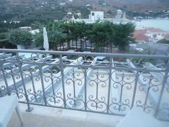 Micra Anglia Hotel: Η θέα από το μπαλκόνι του δωματίου, ο κήπος και η παραλία του Νημποριού