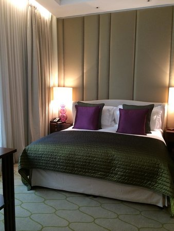 Corinthia Hotel London : Spacious bedroom