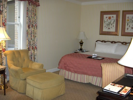 The Fairmont Olympic Seattle: Comfy bed and chair