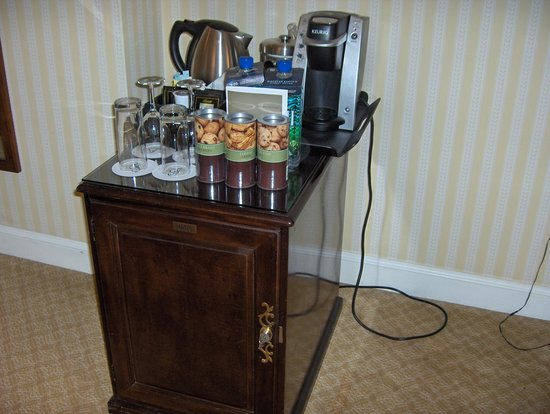 The Fairmont Olympic Seattle: Mini bar and tea/coffee making facilities