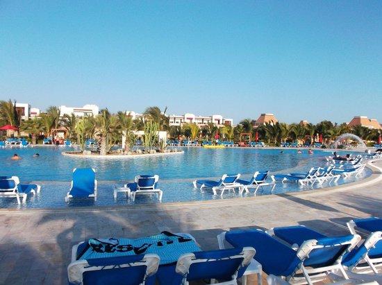 Foto de royal decameron punta sal punta sal la piscina for Sal piscinas