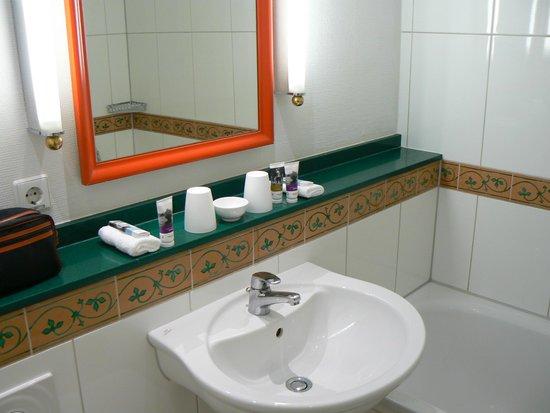 Mercure Hotel Panorama Freiburg: Lavabo salle de bain