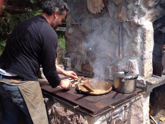 Pineta Naturamente Hotels: Nicola prepara la grigliata in baita